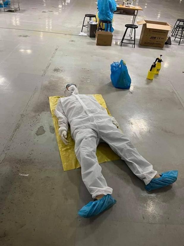 Ảnh: Sinh viên trường Y hỗ trợ chống dịch Covid-19 trong nhiều giờ, kiệt sức, ngất xỉu giữa thời tiết nắng nóng khắc nghiệt - Ảnh 6.