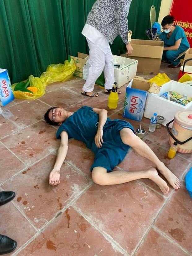 Ảnh: Sinh viên trường Y hỗ trợ chống dịch Covid-19 trong nhiều giờ, kiệt sức, ngất xỉu giữa thời tiết nắng nóng khắc nghiệt - Ảnh 7.