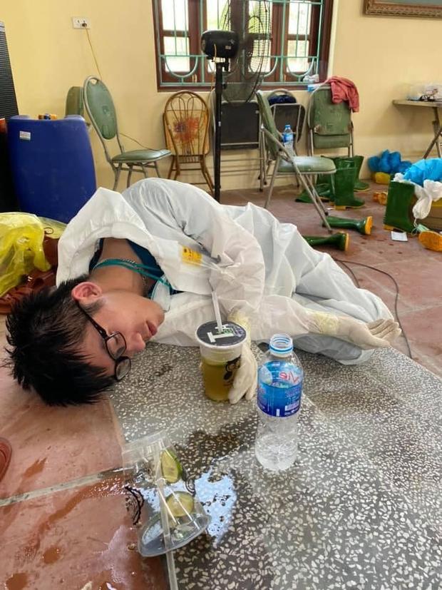 Ảnh: Sinh viên trường Y hỗ trợ chống dịch Covid-19 trong nhiều giờ, kiệt sức, ngất xỉu giữa thời tiết nắng nóng khắc nghiệt - Ảnh 8.