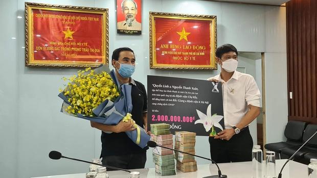 Ấm lòng hình ảnh MC Quyền Linh đi xe máy, đeo balo mang 2,2 tỷ đồng trực tiếp quyên góp vào quỹ mua vaccine Covid-19 cho người nghèo - Ảnh 8.