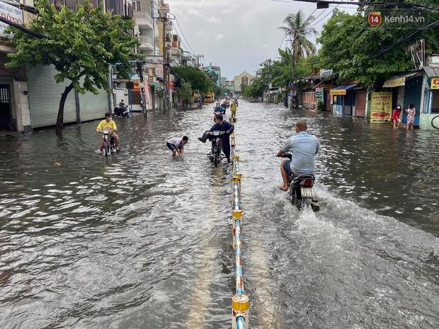 Mưa tầm tã ở TP.HCM, đường ra sân bay Tân Sơn Nhất ngập nước mênh mông - Ảnh 9.