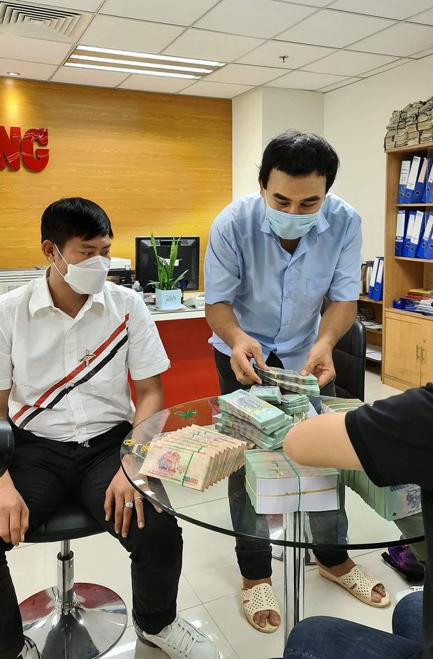 Ấm lòng hình ảnh MC Quyền Linh đi xe máy, đeo balo mang 2,2 tỷ đồng trực tiếp quyên góp vào quỹ mua vaccine Covid-19 cho người nghèo - Ảnh 5.