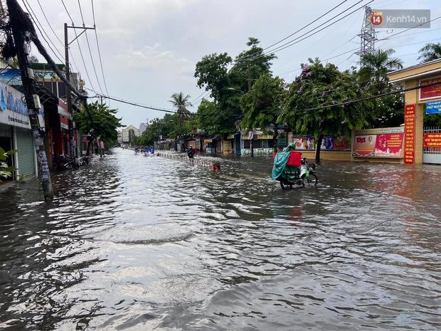 Mưa tầm tã ở TP.HCM, đường ra sân bay Tân Sơn Nhất ngập nước mênh mông - Ảnh 10.