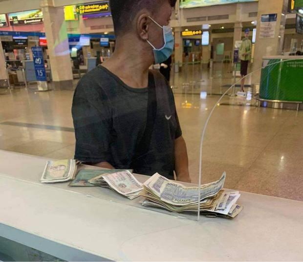 Nhận tin bố bị tai biến, chàng trai khuyết tật vội vã ra sân bay gom tất cả tiền lẻ chỉ được 350k và tấm vé quý giá của tình đồng bào - Ảnh 1.