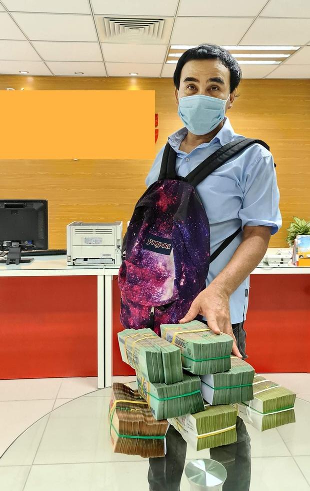 Ấm lòng hình ảnh MC Quyền Linh đi xe máy, đeo balo mang 2,2 tỷ đồng trực tiếp quyên góp vào quỹ mua vaccine Covid-19 cho người nghèo - Ảnh 6.