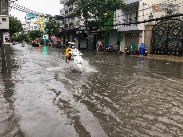 Mưa tầm tã ở TP.HCM, đường ra sân bay Tân Sơn Nhất ngập nước mênh mông - Ảnh 8.