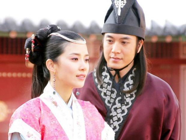 Mợ út tài phiệt của Mine Lee Bo Young: Hoa hậu bị gán mác tiểu tam, cự tuyệt tài tử Ji Sung rồi lại cùng chàng có kết đẹp như cổ tích - Ảnh 7.