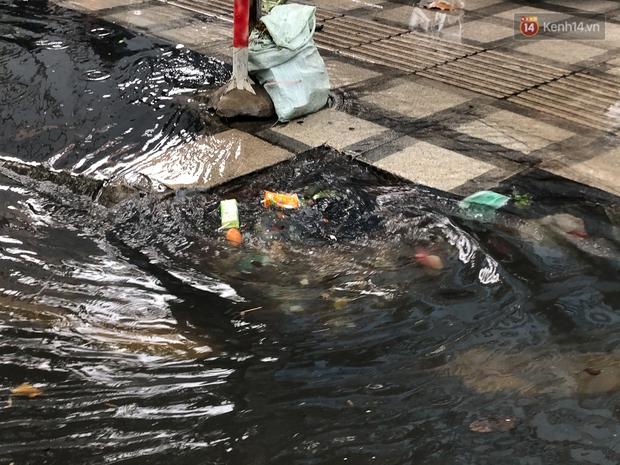 Mưa tầm tã ở TP.HCM, đường ra sân bay Tân Sơn Nhất ngập nước mênh mông - Ảnh 4.