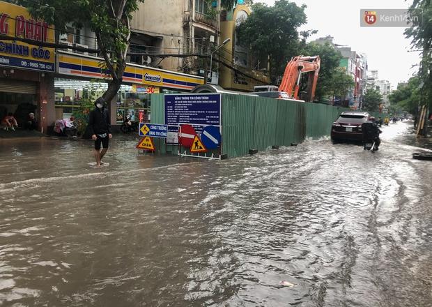 Mưa tầm tã ở TP.HCM, đường ra sân bay Tân Sơn Nhất ngập nước mênh mông - Ảnh 7.