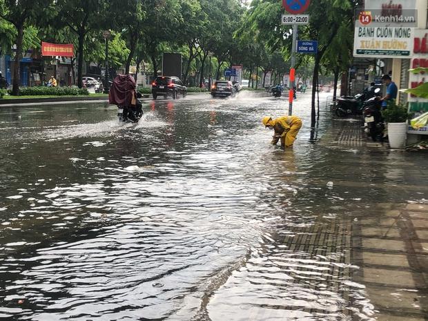 Mưa tầm tã ở TP.HCM, đường ra sân bay Tân Sơn Nhất ngập nước mênh mông - Ảnh 3.
