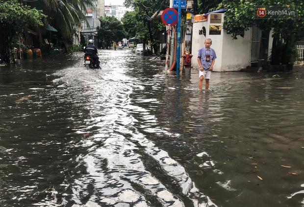 Mưa tầm tã ở TP.HCM, đường ra sân bay Tân Sơn Nhất ngập nước mênh mông - Ảnh 5.