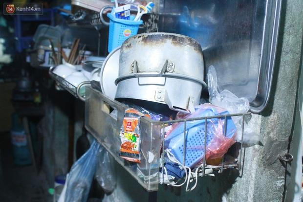 Nóng bủa vây cả đêm ở xóm chạy thận Hà Nội: Cả căn phòng cứ như cái lò nung, mỗi ngày chỉ ngủ được 2-3 tiếng - Ảnh 11.