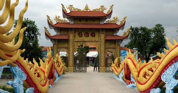Nhà thờ hơn 100 tỷ của Hoài Linh hàng năm tổ chức lễ Giỗ Tổ sân khấu quy tụ hàng trăm nghệ sĩ, còn nuôi động thực vật quý hiếm với giá trị khủng - Ảnh 2.