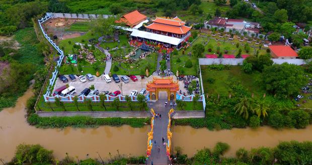 Nhà thờ hơn 100 tỷ của Hoài Linh hàng năm tổ chức lễ Giỗ Tổ sân khấu quy tụ hàng trăm nghệ sĩ, còn nuôi động thực vật quý hiếm với giá trị khủng - Ảnh 1.