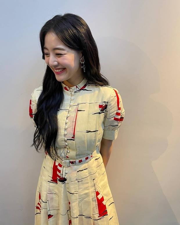 Cùng diện váy gần 100 triệu nhưng trưởng nhóm TWICE lép vế hẳn so với Lee Ji Ah và IU - Ảnh 1.