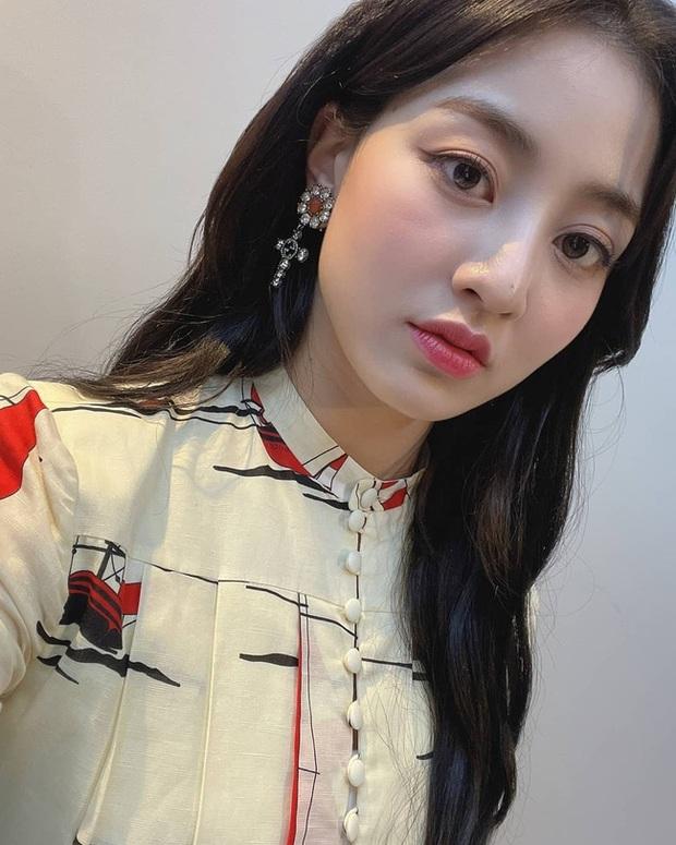 Cùng diện váy gần 100 triệu nhưng trưởng nhóm TWICE lép vế hẳn so với Lee Ji Ah và IU - Ảnh 2.