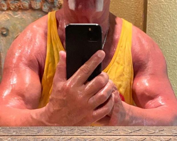 Huyền thoại Hulk Hogan sở hữu bắp tay cực khủng dù đã gần thất thập, tiết lộ số trọng lượng điên rồ có thể nâng thành công - Ảnh 1.