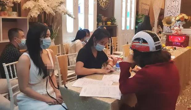 Hơn 30 người đến từ nhiều tỉnh thành tụ tập khai trương thẩm mỹ viện - Ảnh 3.