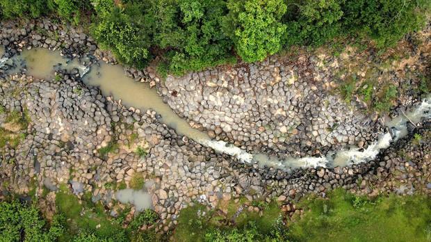 Phát hiện suối đá tổ ong giống hệt như Gành Đá Đĩa: Việt Nam lại sắp có địa điểm du lịch thú vị nữa rồi! - Ảnh 1.