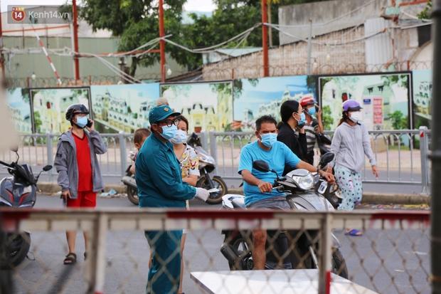 Quận Bình Tân trong ngày đầu phong tỏa 3 khu phố: Cô ở ngoài này phải đi chợ cho mấy chục đứa trong kia, tụi nó không ra ngoài được - Ảnh 3.