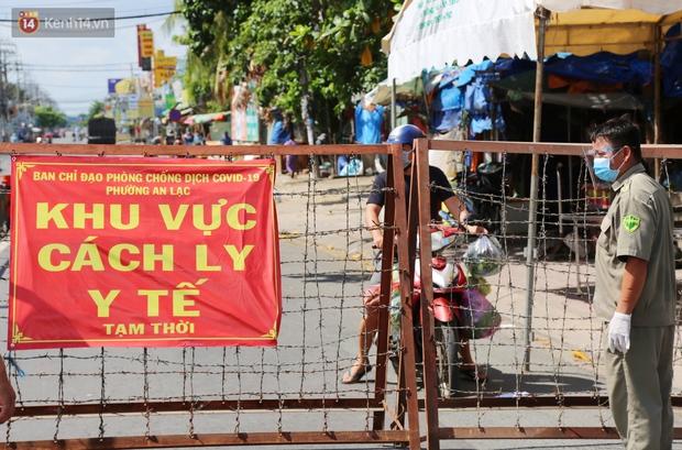 Quận Bình Tân trong ngày đầu phong tỏa 3 khu phố: Cô ở ngoài này phải đi chợ cho mấy chục đứa trong kia, tụi nó không ra ngoài được - Ảnh 1.