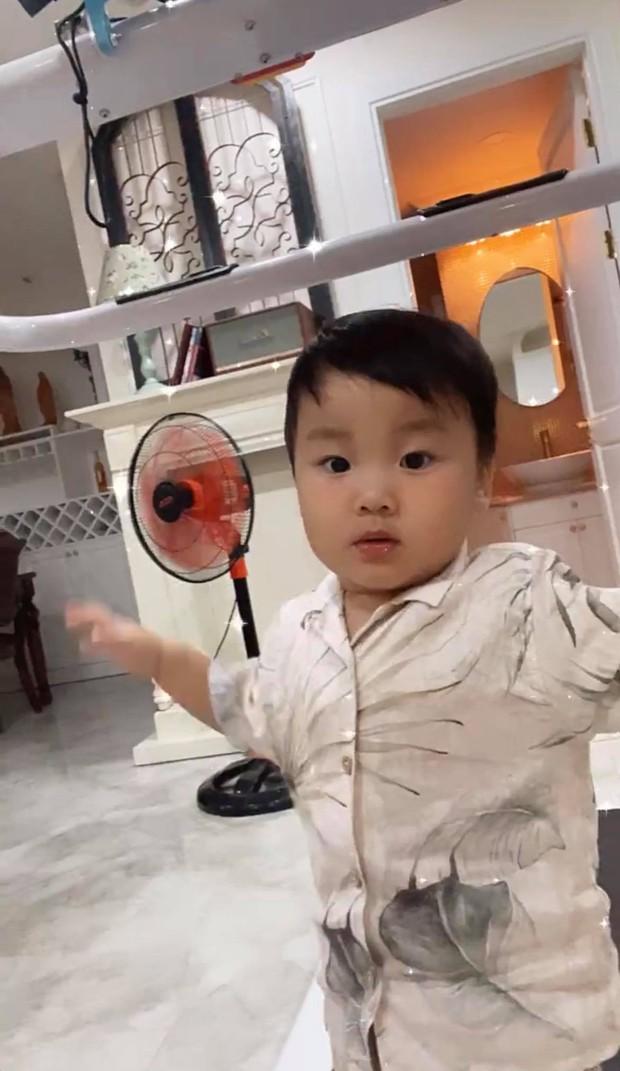 Netizen soi cận biểu cảm rưng rưng của bé Bo trên sóng livestream cùng mẹ, Hoà Minzy tiết lộ ngay bí mật phía sau - Ảnh 3.