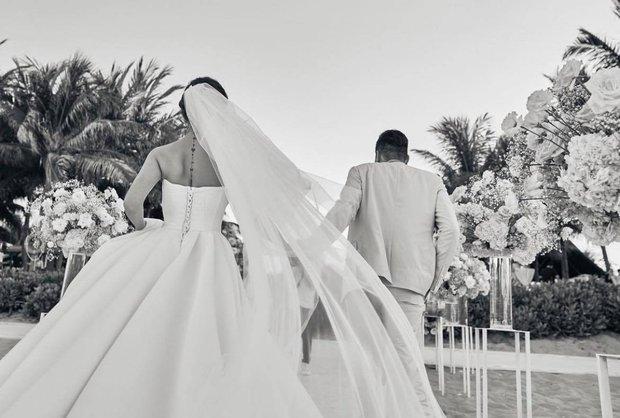 Tròn 1 năm ngày cưới, Phanh Lee cuối cùng cũng chịu tung ảnh hiếm trong hôn lễ cực kín đáo với TGĐ tập đoàn nghìn tỳ - Ảnh 2.