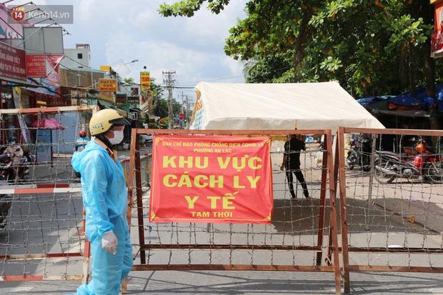 Quận Bình Tân trong ngày đầu phong tỏa 3 khu phố: Cô ở ngoài này phải đi chợ cho mấy chục đứa trong kia, tụi nó không ra ngoài được - Ảnh 8.