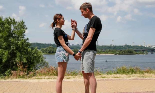 Cặp đôi xích tay vào nhau nổi tiếng MXH đã chính thức đường ai nấy đi sau 123 ngày không rời - Ảnh 4.