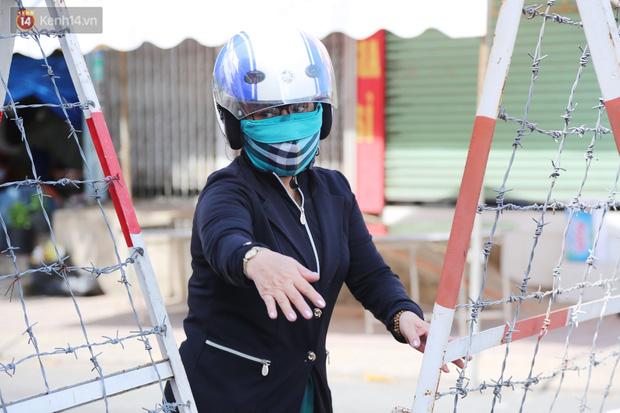 Quận Bình Tân trong ngày đầu phong tỏa 3 khu phố: Cô ở ngoài này phải đi chợ cho mấy chục đứa trong kia, tụi nó không ra ngoài được - Ảnh 4.