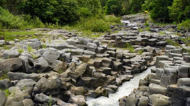 Phát hiện suối đá tổ ong giống hệt như Gành Đá Đĩa: Việt Nam lại sắp có địa điểm du lịch thú vị nữa rồi! - Ảnh 3.
