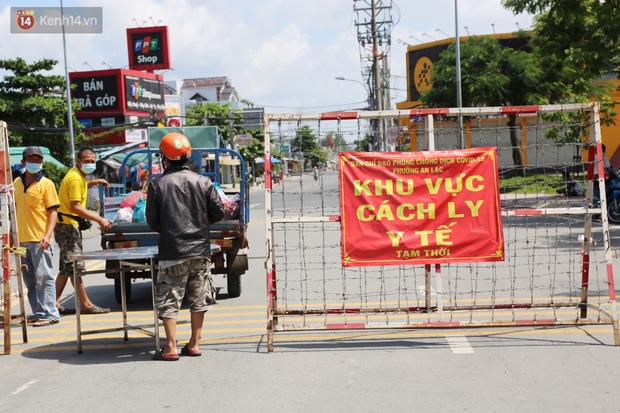 Quận Bình Tân trong ngày đầu phong tỏa 3 khu phố: Cô ở ngoài này phải đi chợ cho mấy chục đứa trong kia, tụi nó không ra ngoài được - Ảnh 10.