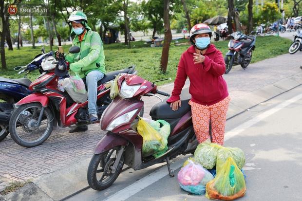 Quận Bình Tân trong ngày đầu phong tỏa 3 khu phố: Cô ở ngoài này phải đi chợ cho mấy chục đứa trong kia, tụi nó không ra ngoài được - Ảnh 6.