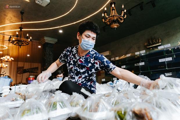 Cận cảnh nơi nấu 2.000 suất ăn mỗi ngày cho người nghèo ở Sài Gòn giữa dịch Covid-19 - Ảnh 2.