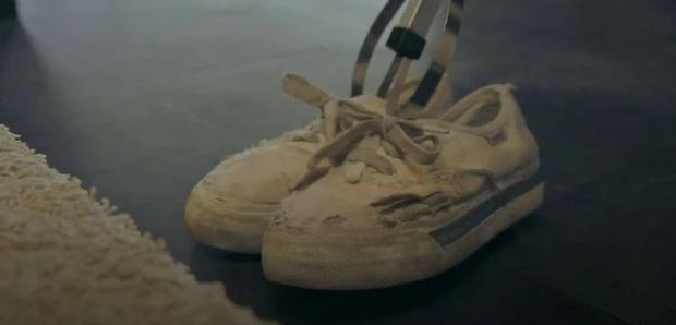 5 chi tiết ẩn dụ đắt giá của Penthouse: Thâm sâu từ đôi giày rách đến cả hình ảnh phản chiếu - Ảnh 1.