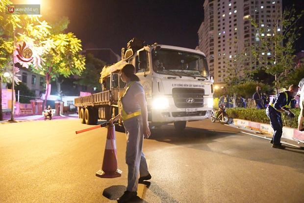 Ảnh: Di dời hàng cây phong lá đỏ trên 2 tuyến phố Hà Nội ngay trong đêm - Ảnh 6.