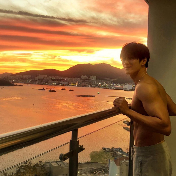 Nam thần Hậu Duệ Mặt Trời nổi rầm rộ sau 1 đêm nhờ body đẹp tượng tạc khiến, netizen đau đầu chọn giữa anh và hoàng hôn ai đẹp hơn - Ảnh 4.