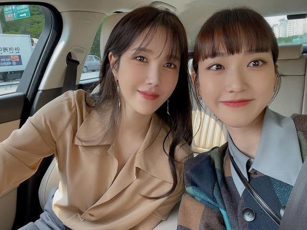 Bà cả Penthouse Lee Ji Ah đọ sắc bên rich kid Seok Kyung, nhìn nhan sắc này ai nghĩ đã U45 và đáng tuổi mẹ của bạn diễn? - Ảnh 2.