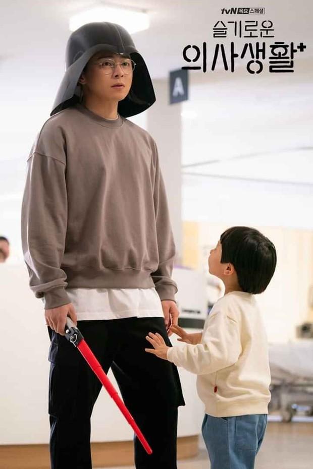 Thánh làm màu ở Hospital Playlist - Jo Jung Suk: Ngôi sao đi lên từ nghèo khó, tự nguyện cắt 7 tỷ tiền cát xê vì lý do không ai ngờ - Ảnh 4.