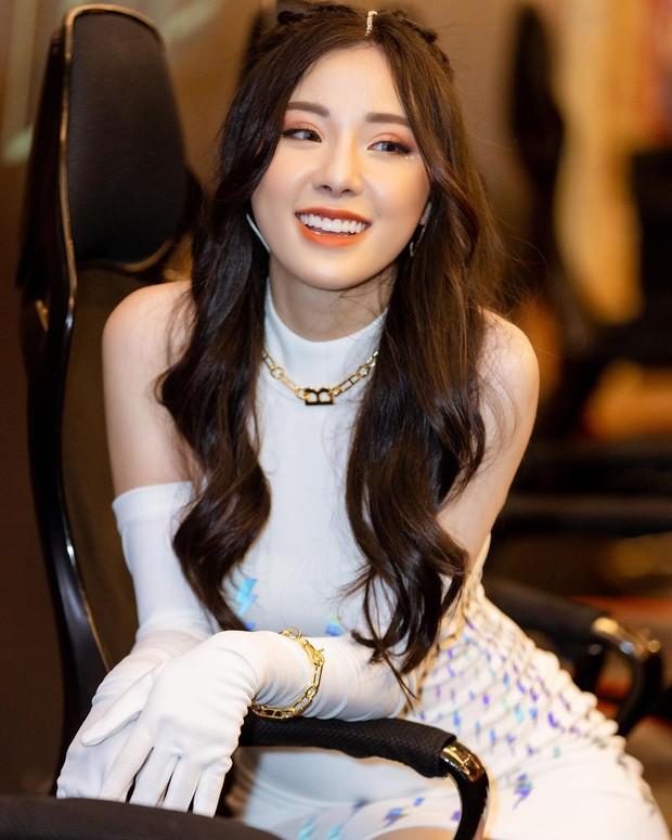 Đăng trạng thái ẩn ý tìm tình yêu mới bền lâu hơn, nữ MC Minh Anh gây chú ý bởi vẻ đẹp khác lạ! - Ảnh 1.
