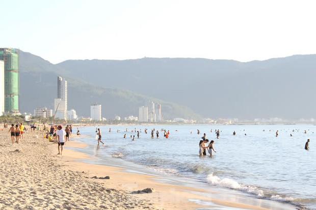 Bãi biển Đà Nẵng ra sao trước giờ cấm tắm? - Ảnh 1.