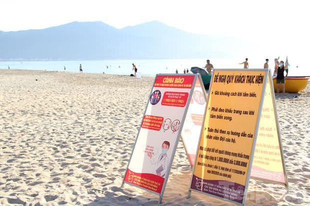 Bãi biển Đà Nẵng ra sao trước giờ cấm tắm? - Ảnh 2.