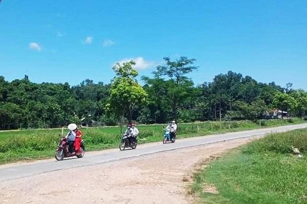 Màn rước dâu bằng xe máy có 1-0-2 ở Nghệ An giữa mùa dịch - Ảnh 1.