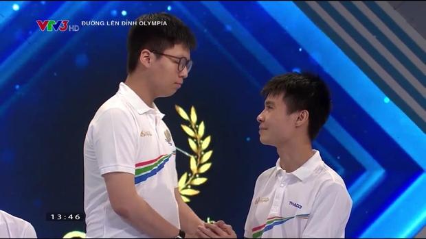 Nam sinh Nghệ An đổ rạp xuống sàn, khóc nức nở khi bị loại khỏi trận chung kết năm Olympia vì lý do không tưởng - Ảnh 4.