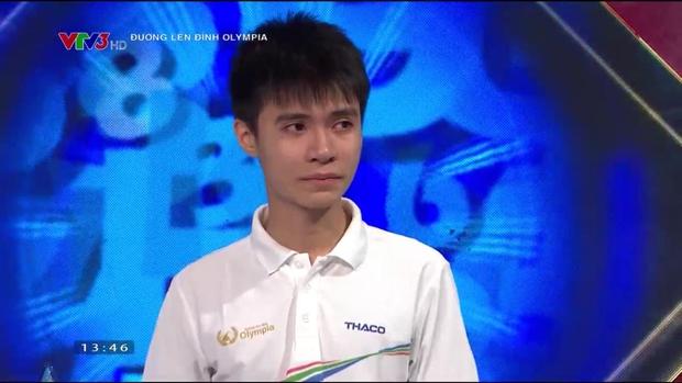 Nam sinh Nghệ An đổ rạp xuống sàn, khóc nức nở khi bị loại khỏi trận chung kết năm Olympia vì lý do không tưởng - Ảnh 3.