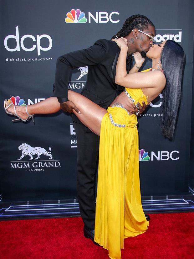 Sao Hollywood hôn hít ở thảm đỏ: Selena và vợ chồng Justin đối lập, Cardi B phản cảm gây sốc, Brad Pitt chưa đỉnh bằng Tom Cruise - Ảnh 2.