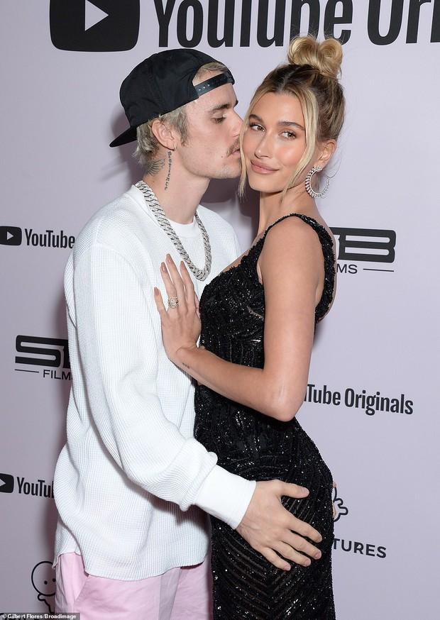 Sao Hollywood hôn hít ở thảm đỏ: Selena và vợ chồng Justin đối lập, Cardi B phản cảm gây sốc, Brad Pitt chưa đỉnh bằng Tom Cruise - Ảnh 7.