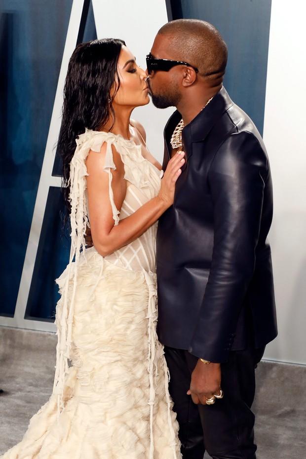 Sao Hollywood hôn hít ở thảm đỏ: Selena và vợ chồng Justin đối lập, Cardi B phản cảm gây sốc, Brad Pitt chưa đỉnh bằng Tom Cruise - Ảnh 12.