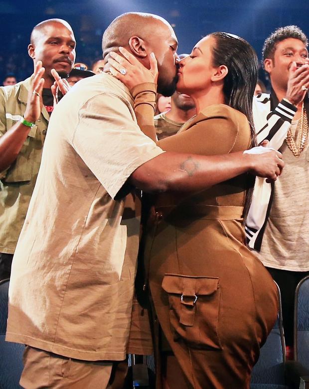 Sao Hollywood hôn hít ở thảm đỏ: Selena và vợ chồng Justin đối lập, Cardi B phản cảm gây sốc, Brad Pitt chưa đỉnh bằng Tom Cruise - Ảnh 15.