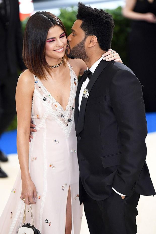 Sao Hollywood hôn hít ở thảm đỏ: Selena và vợ chồng Justin đối lập, Cardi B phản cảm gây sốc, Brad Pitt chưa đỉnh bằng Tom Cruise - Ảnh 10.